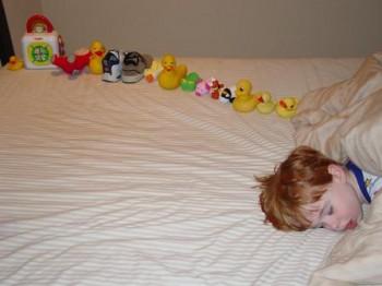 물건을 쌓거나, 일렬로 늘어놓는 것은 자폐 증상이 있는 아이가 흔히 보이는 행동 패턴이다. - Nancy J Price 제공